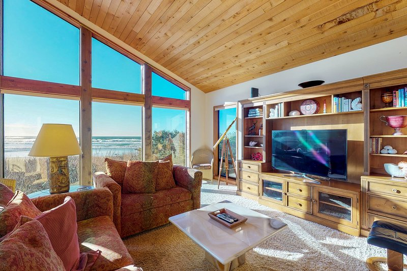 Luxurious oceanfront home w/ private beach access, sun room, and jetted bathtub, vacation rental in Yachats