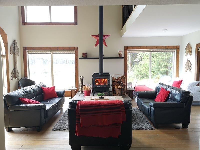 Idabel Estate - Entire waterfront cabin home on private acreage near Kelowna, BC, casa vacanza a Idabel Lake