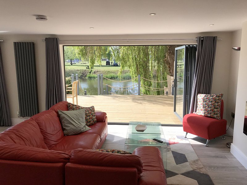 The Lily Pad Riverside Apartment, holiday rental in Coughton