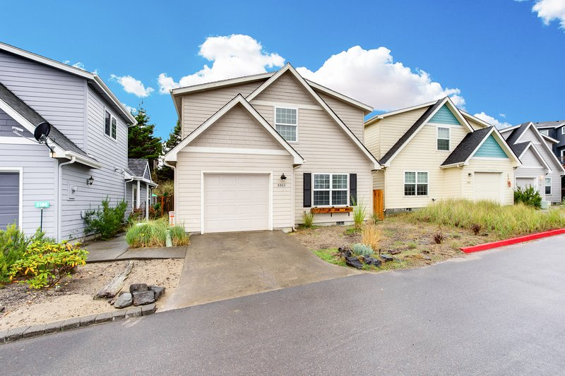 Family-friendly house with a fenced backyard near the beach!, vacation rental in Pacific City