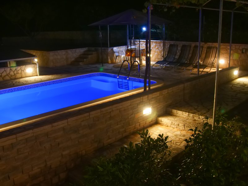 Deluxe Seafront Apartment /w Swimming pool (4+2) - Maslinica, vacation rental in Maslinica