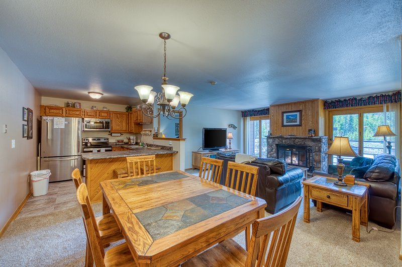 Cozy condo with shared pool, hot tub, gym, and game room - close to skiing, location de vacances à Silverthorne