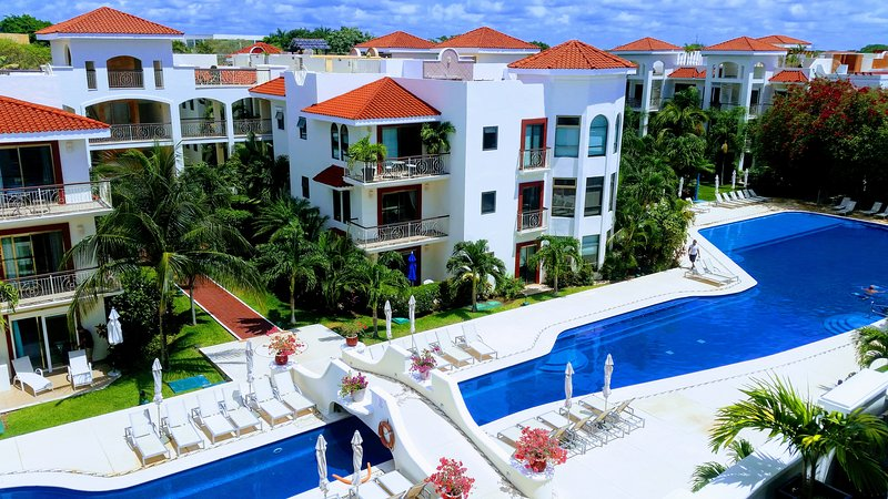 Luxury 3 bed penthouse in Paseo Del Sol near ocean and 15 minutes walk from 5th, holiday rental in Playacar