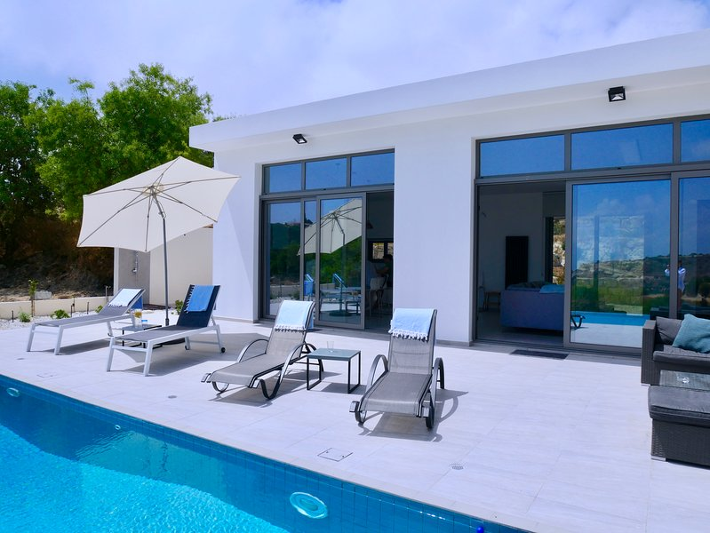 Almond Grove, Luxury Home with Infinity Pool and Panoramic Views., vacation rental in Episkopi