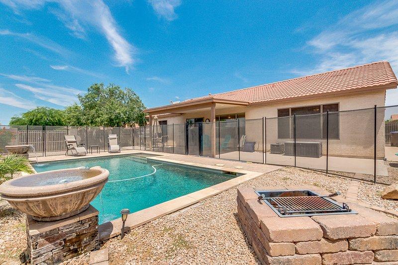 Large Split floor plan pet friendly, w/ heated and fenced pool!, location de vacances à Queen Creek