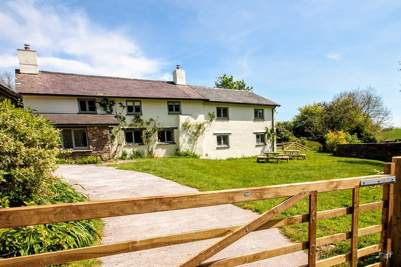 Middle Stolford Cottage, Brendon Hill - Traditional Farmhouse with large garden,, location de vacances à Wiveliscombe