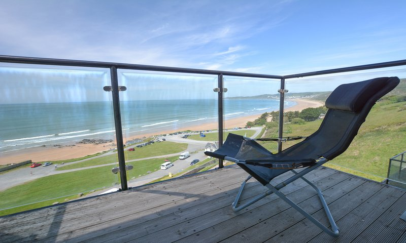 Clifton Court Apt 20 with Heated Pool & Sea Views, holiday rental in Saunton