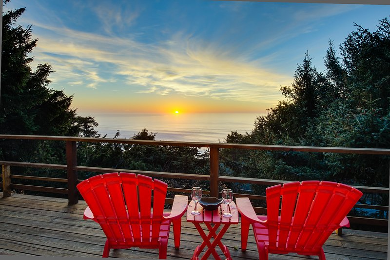 Private hot tub and beautiful views await at this dog-friendly home!, holiday rental in Lincoln City