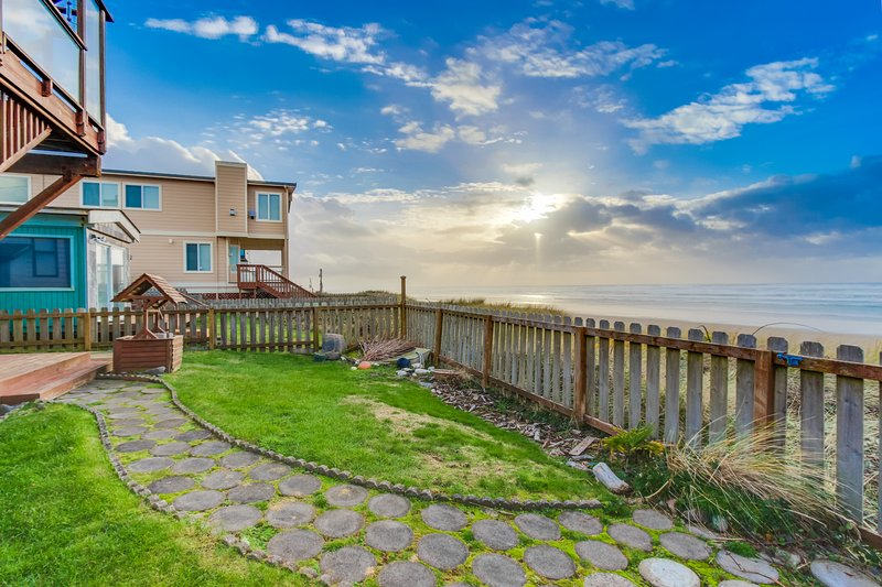 Waterfront, dog-friendly, home with hot tub - Only 75 feet from beach!, location de vacances à Waldport