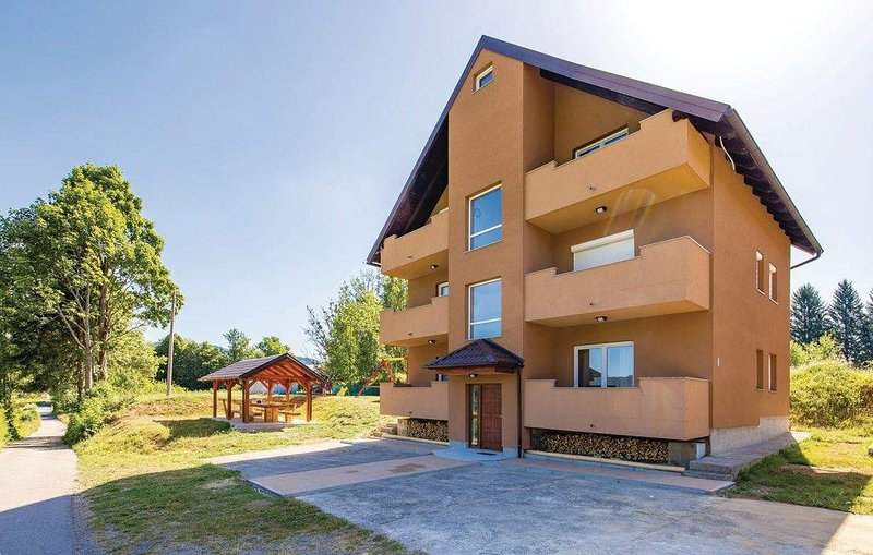 Jasenak Apartment Sleeps 4 with Pool - 5806351, holiday rental in Otok Ostarijski