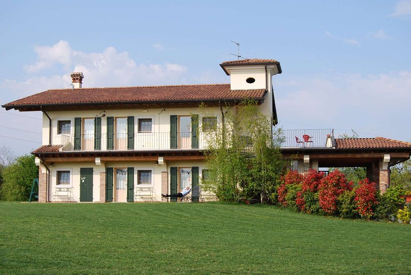 Amazing apt with shared pool & Wifi, holiday rental in Montichiari
