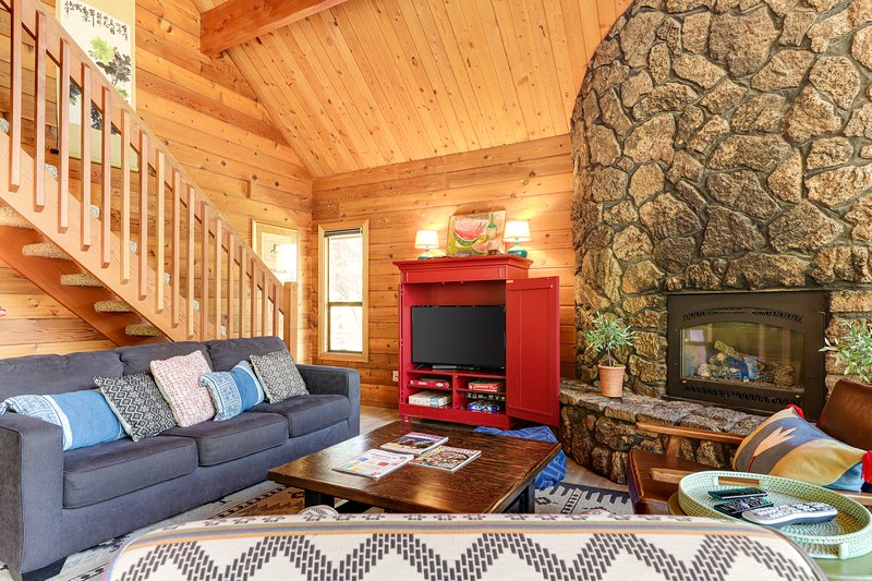 Recently renovated dog-friendly home w/ private hot tub - SHARC passes included!, holiday rental in Bend