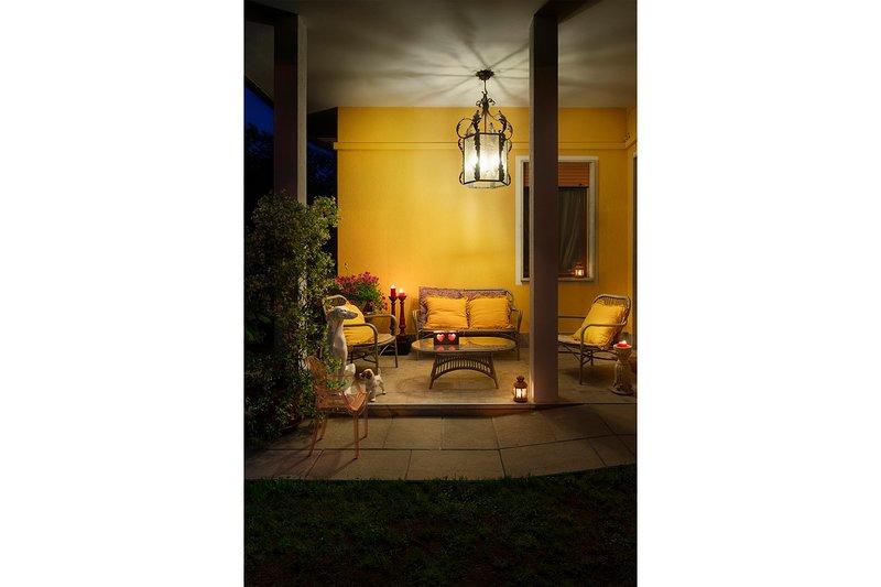Maison dehors, le patio au coucher du soleil