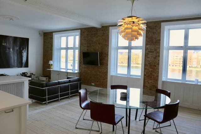 2BR 2BA Inner City Lake View Apartment, holiday rental in Gentofte Municipality