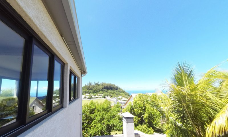 Spacious apt with sea view & garden, vacation rental in Petite-Ile