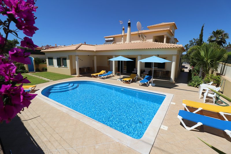 Air conditioned 1 and 2 bedroom villa apartments (FREE Wi-Fi, close to Old Town), vacation rental in Albufeira
