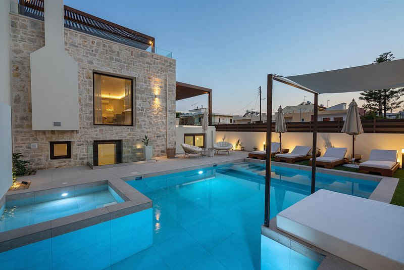 Amara villa II - private sun beds on the beach, walking distance to everything, vacation rental in Rethymnon