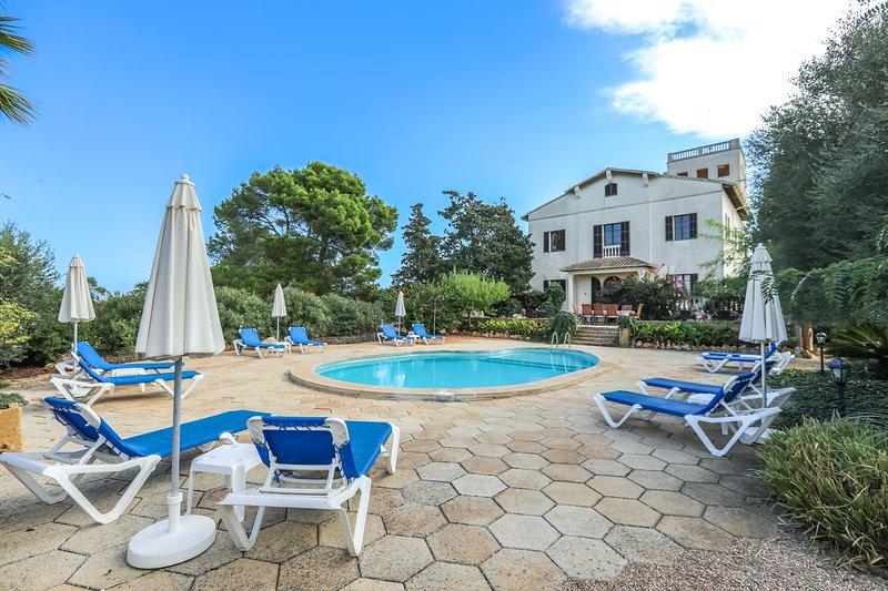 Granada - Herrliches ehemaliges Herrenhaus mit Pool bei Llucmajor, aluguéis de temporada em Badia Blava
