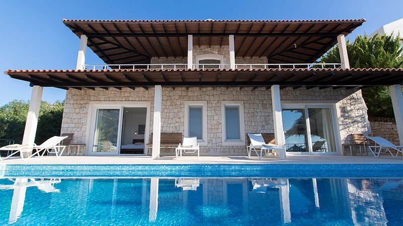 Cape House-waterfront villa with large private infinity pool and private jetty, holiday rental in Kastellorizo