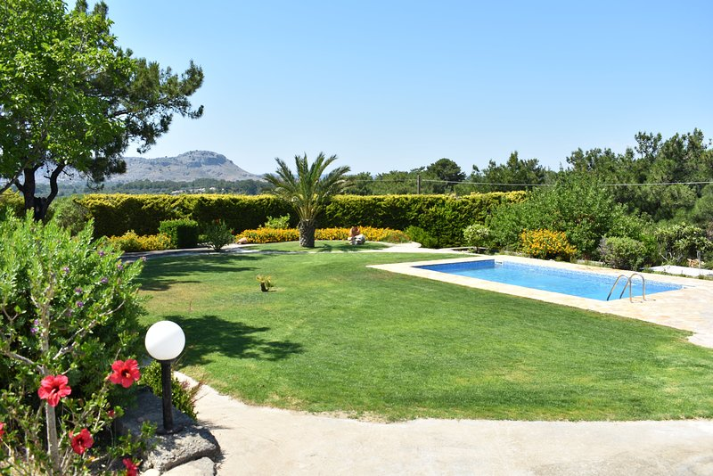 Villa with 4 bedrooms, private pool, quiet location, big garden, 3km from beach, holiday rental in Archangelos