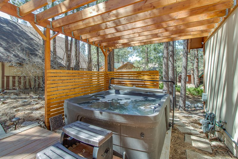 Cozy, vintage lake home w/ amazing outdoor decks & a private hot tub, holiday rental in Moonridge
