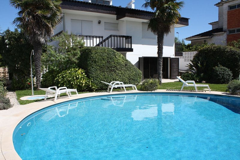 Ideal to Relax and visit Lisbon and Cascais Estoril- Solar Heated Pool, Ferienwohnung in Paco de Arcos