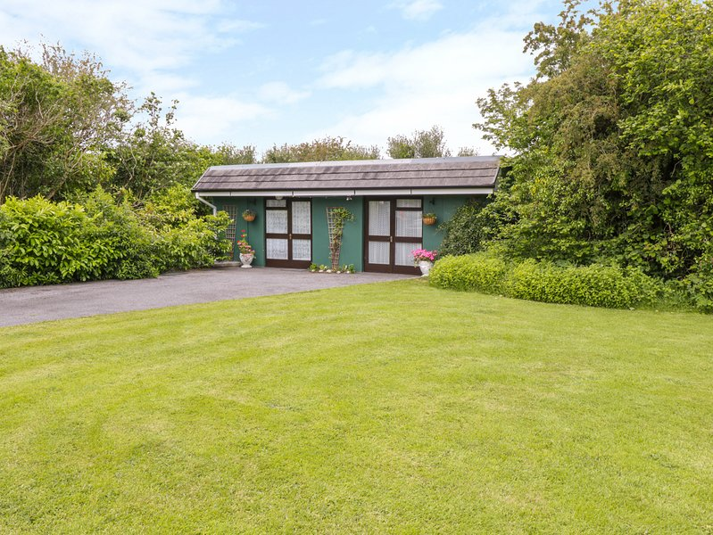 WOODSIDE LODGE, single-storey accommodation, woodburner, near Oughterard, Ref, holiday rental in Oughterard