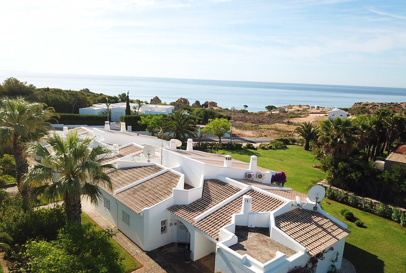 Beautiful 2 bed. ground floor apt with A/C sea views beach 250m Alb 5 min drive, holiday rental in Sesmarias