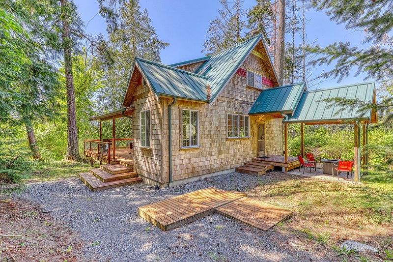 Contemporary, dog-friendly cottage in the woods! Less than a mile to the beach!, vacation rental in Camano Island