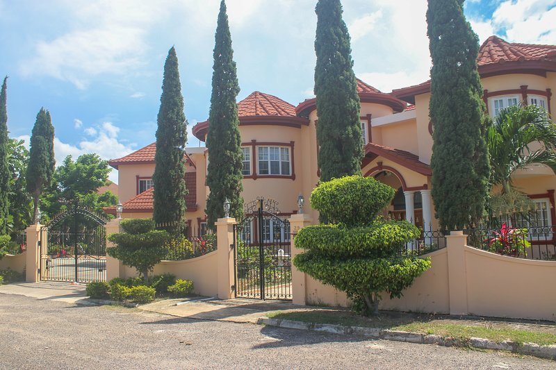 Harrison Villa, holiday rental in Ironshore