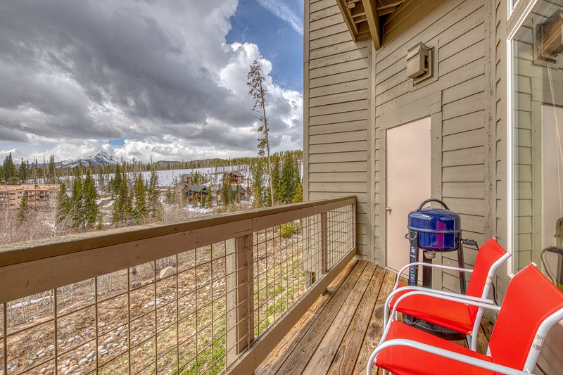 Dog-friendly home w/ trail access, gorgeous views & shared hot tubs!, location de vacances à Silverthorne