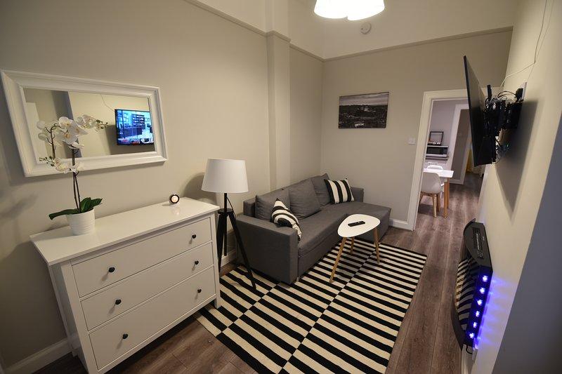 First - Slateford One-Bedroom Ground Floor Main Door Luxury Apartment, vacation rental in Edinburgh