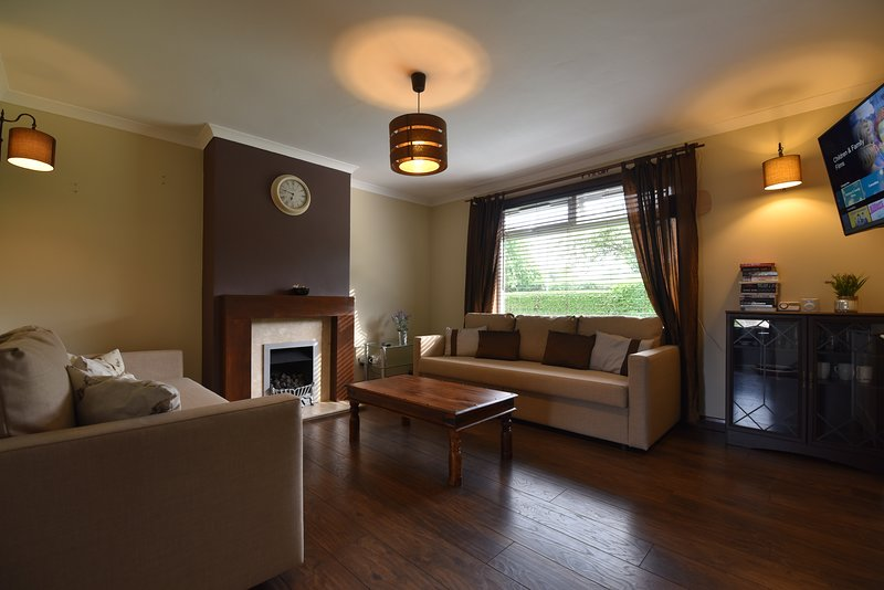First - Lasswade Villa Three-Bedroom House with Private Garden, vacation rental in Roslin