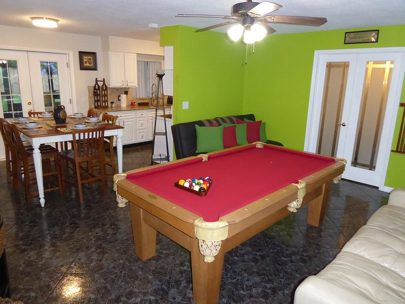 Orlando Area 4BR/2BA Home w/Jacuzzi & communal pool Disney Unioversal Daytona, location de vacances à Apopka