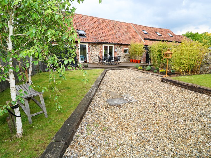 FAR BARN, enclosed garden, WiFi, near Fakenham, location de vacances à East Rudham