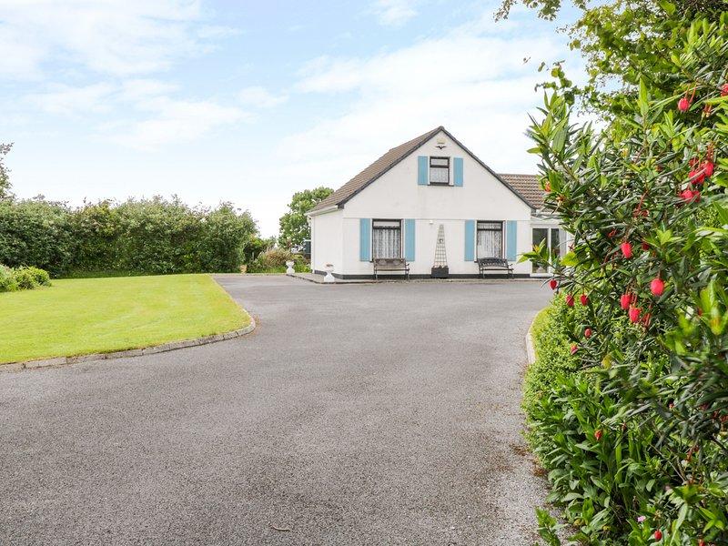 WOODSIDE CHALET, romantic retreat, en-suite, off road parking, garden, near, holiday rental in Oughterard