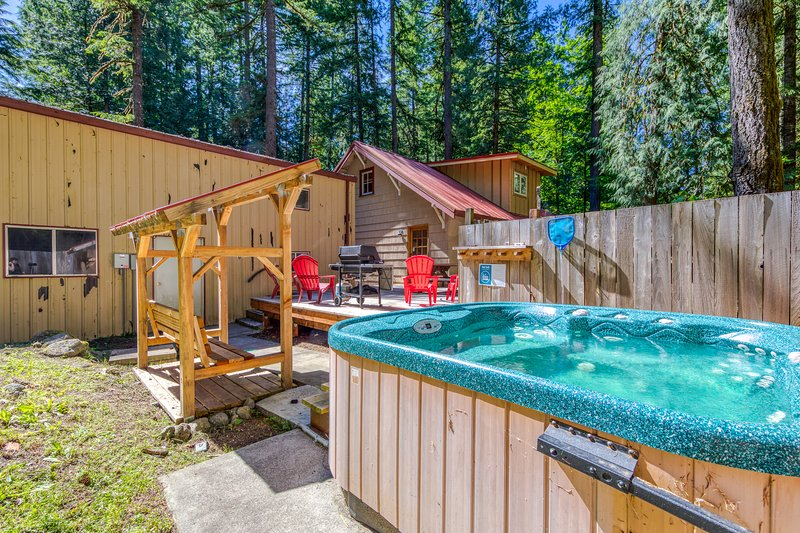Dog-friendly cabin w/ private hot tub, deck, & basketball! Walk to the river!, holiday rental in Zigzag