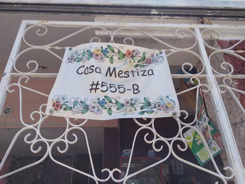 Encuéntranos, letrero con el número y letra de nuestra Casa Mestiza