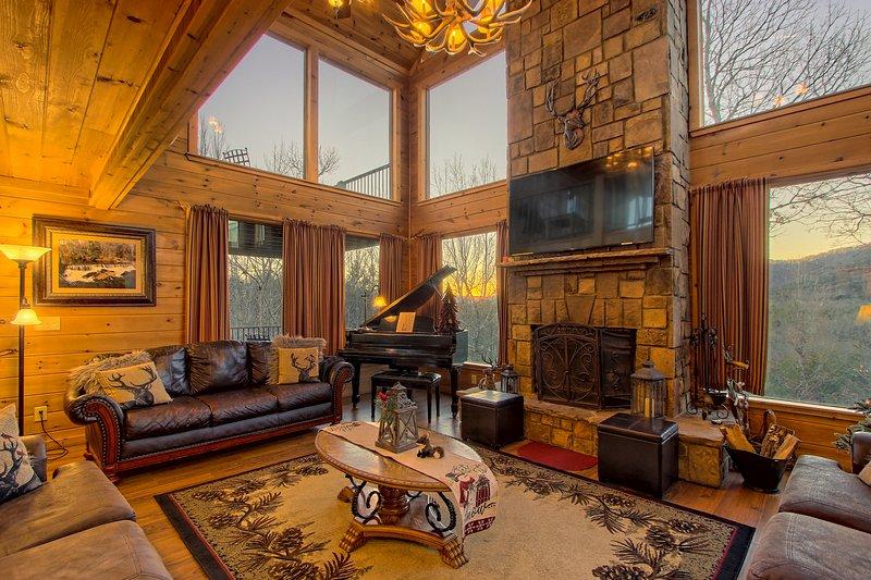 Gorgeous mountain home w/hot tub, billiards, 3 master suites & views!, location de vacances à Helen