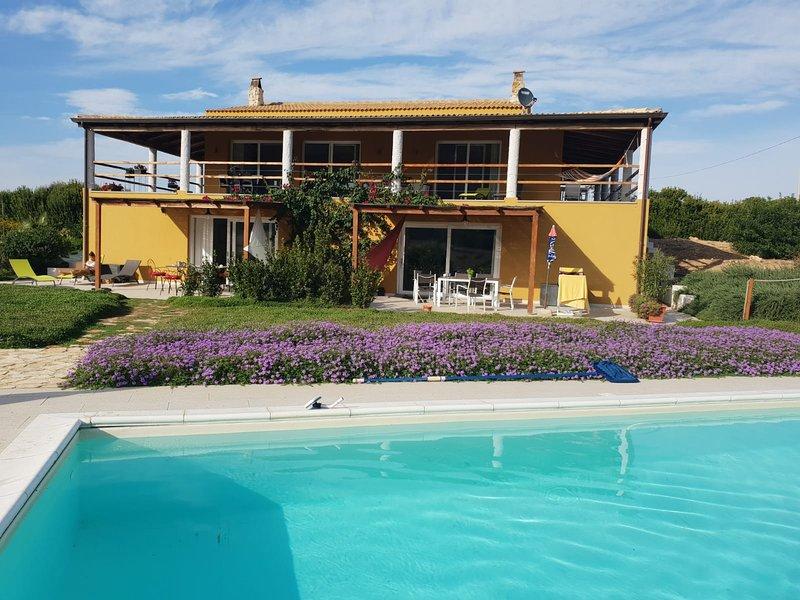 La villa et à droite la terrasse de l'appartement