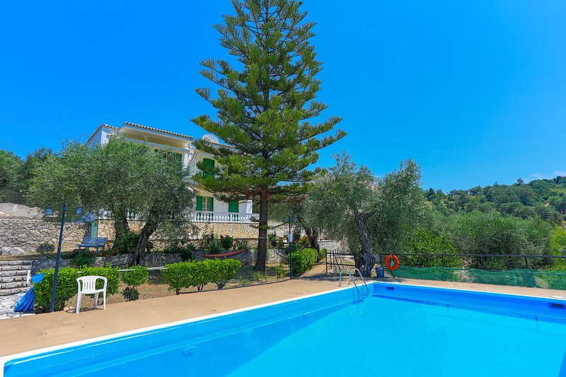 Fran Apartment with Pool, vacation rental in Peroulion