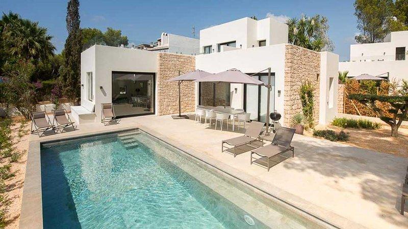 S'Argamasa Villa Sleeps 8 with Pool Air Con and WiFi - 5805545, alquiler vacacional en Santa Eulalia del Río