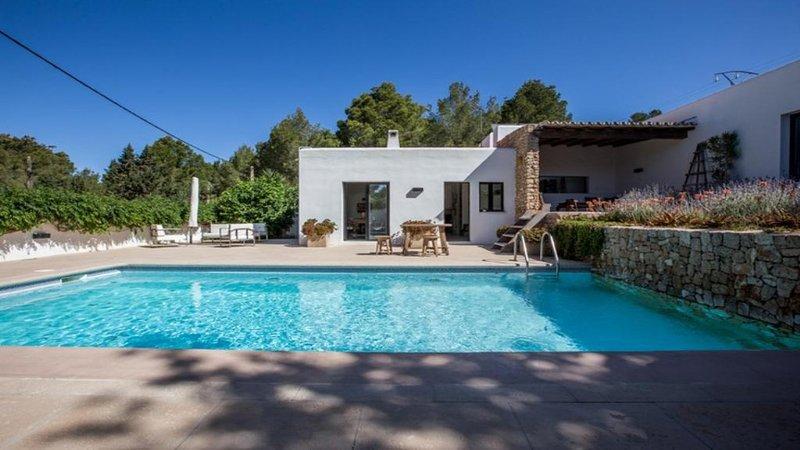 Cala Gracio Villa Sleeps 6 with Pool Air Con and WiFi - 5805473, holiday rental in Cala Gracio