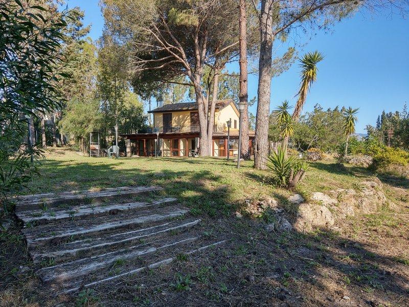 Villa a 250metri dal mare.Vasto giardino.indipendente., holiday rental in Stilo