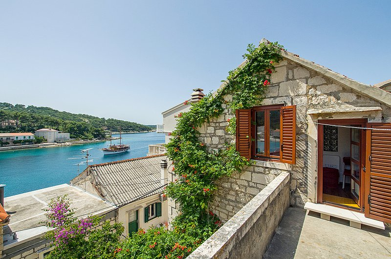 Spacious 19th century stone house, near the beach, vacation rental in Povlja