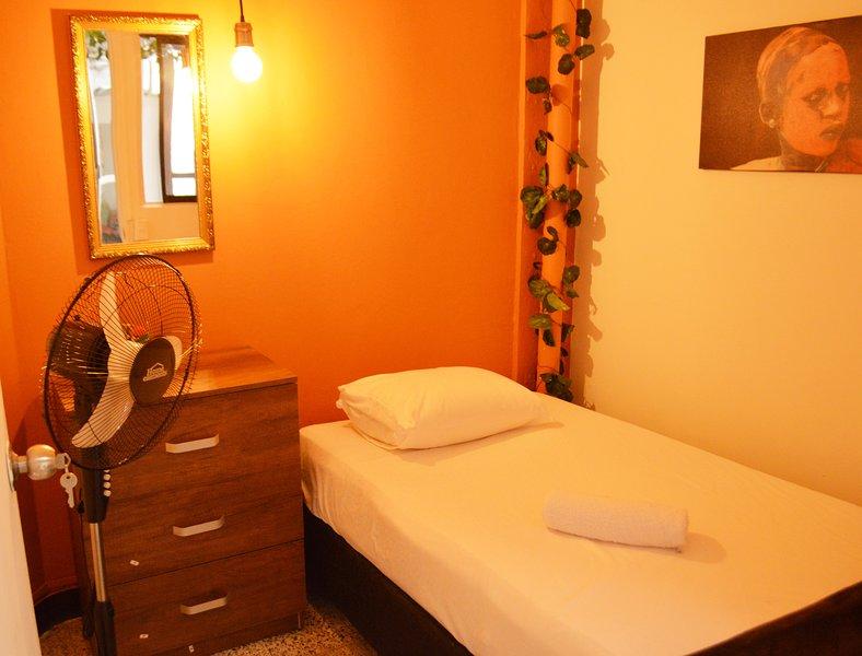 Single room in amazing african decor apartment, alquiler vacacional en San Jeronimo