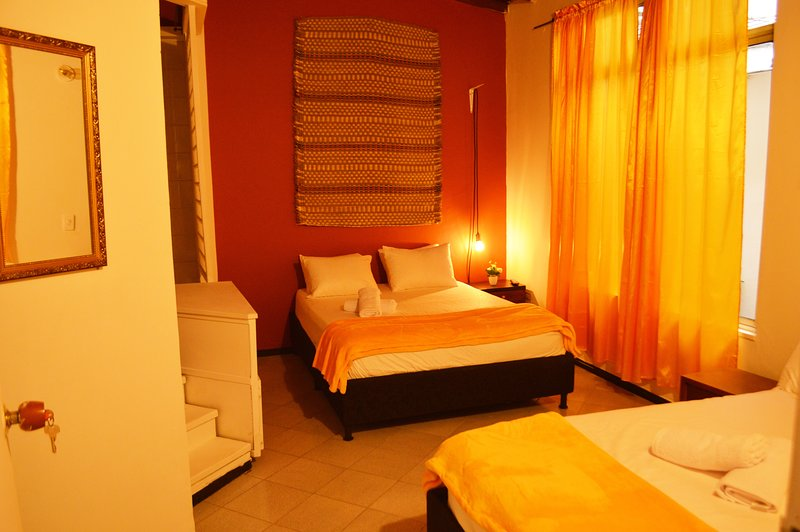 Master room two double beds in african decor apt!, alquiler vacacional en San Jeronimo