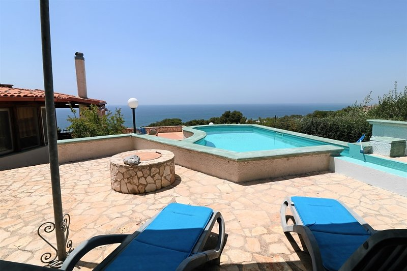 Holiday home Villa Paradiso in Patù with pool and sea view, vacation rental in Marina San Gregorio