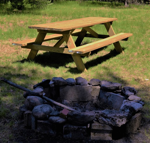 Backlot firepit and picnic table for making memories around the campfire (extra chairs in garage).