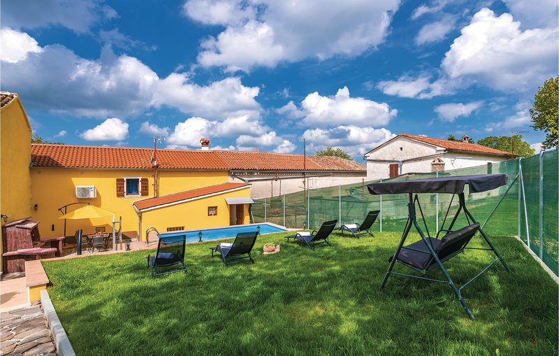 Awesome home in Zminj with Outdoor swimming pool, WiFi and Outdoor swimming pool, casa vacanza a Ruzici
